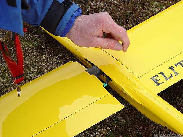 Mark Southall assembling his Elita. Very stiff wing indeed as was proved during aerobatics.