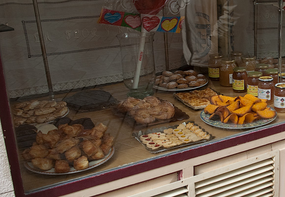 A 'pasteleria' (cake shop). The orangy biscuits on the right are made of eggs and almonds and are highly recommended!
